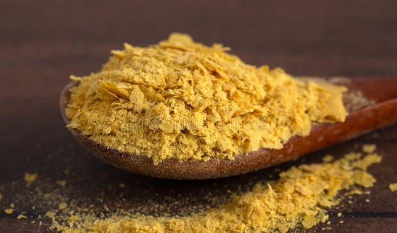 Escamas de la levadura alimenticia amarilla un substituto del queso y aderezo para las dietas del vegano fotografía de archivo