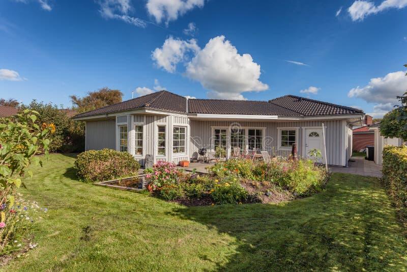 Escandinavo moderno com exterior de madeira da casa fotografia de stock royalty free