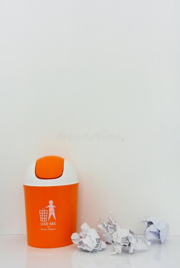 Escaninho alaranjado com papel amarrotado fotografia de stock