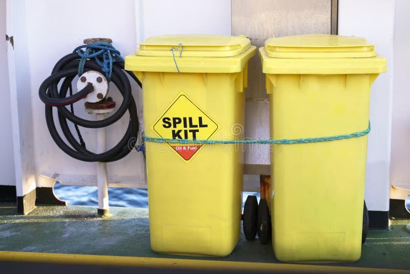 Escaninho amarelo do wheelie do jogo do derramamento para a saúde e a segurança do escape do produto químico, do óleo, do diesel  fotos de stock royalty free