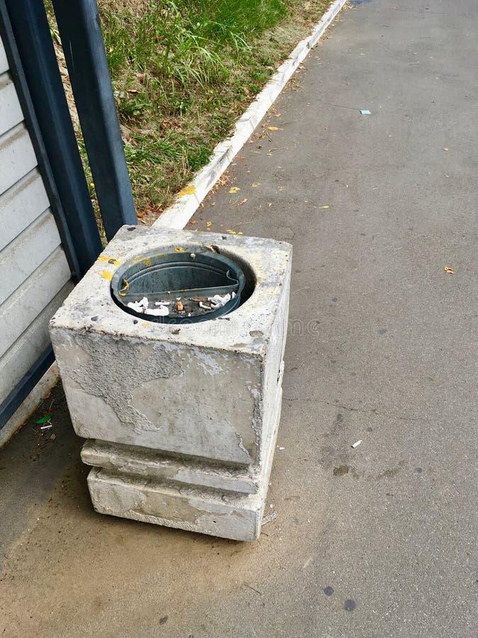 Escaninho concreto da rua dos desperdícios fotografia de stock royalty free