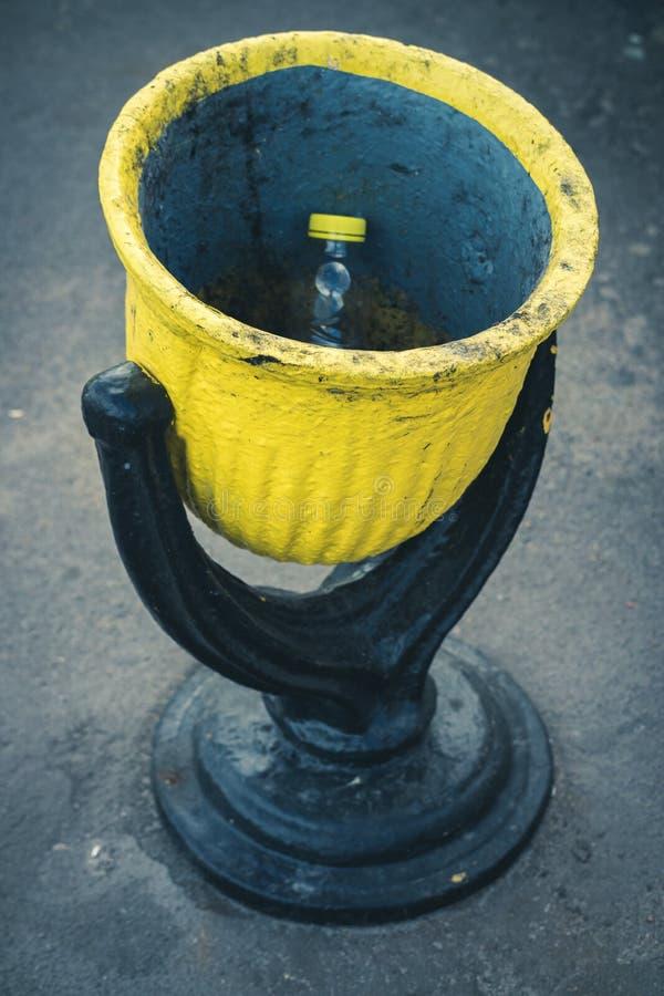 Escaninho de aço preto e amarelo dos desperdícios na rua imagens de stock