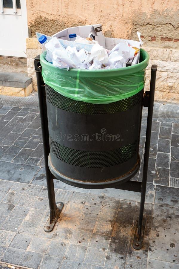 Escaninho de desperdício completo fotos de stock