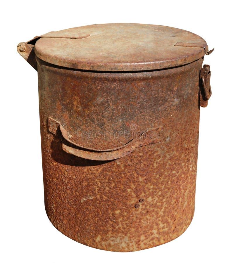 Escaninho de desperdício oxidado do metal do vintage velho com a tampa isolada fotos de stock royalty free