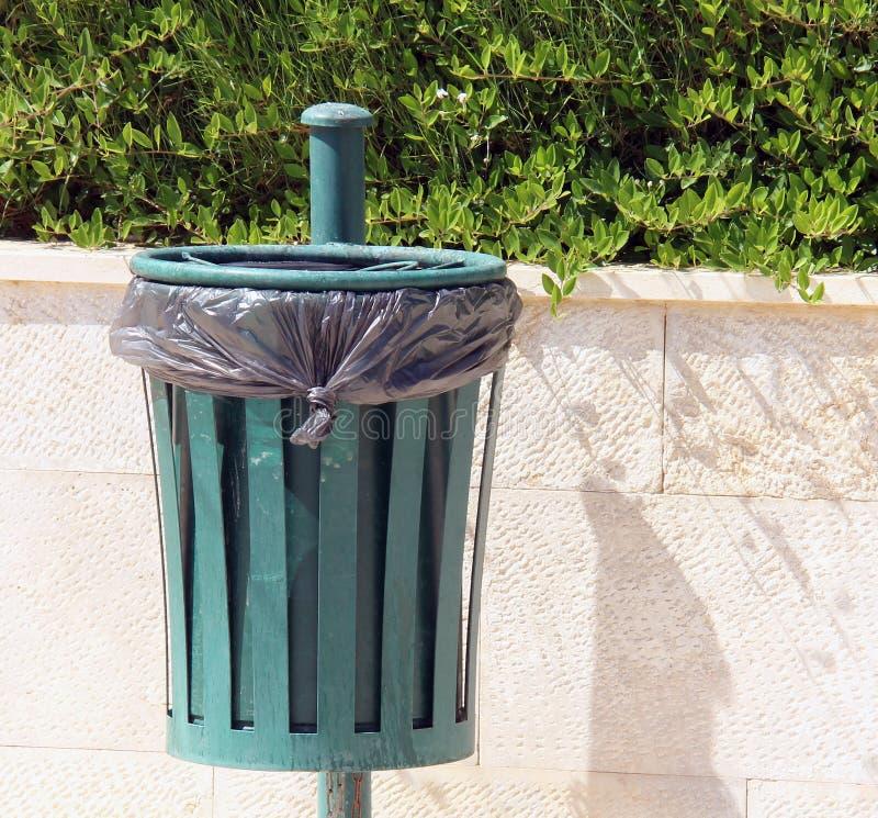 Escaninho de lixo fotografia de stock