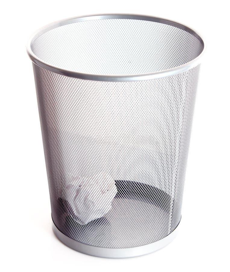 Escaninho de lixo com o papel isolado foto de stock royalty free