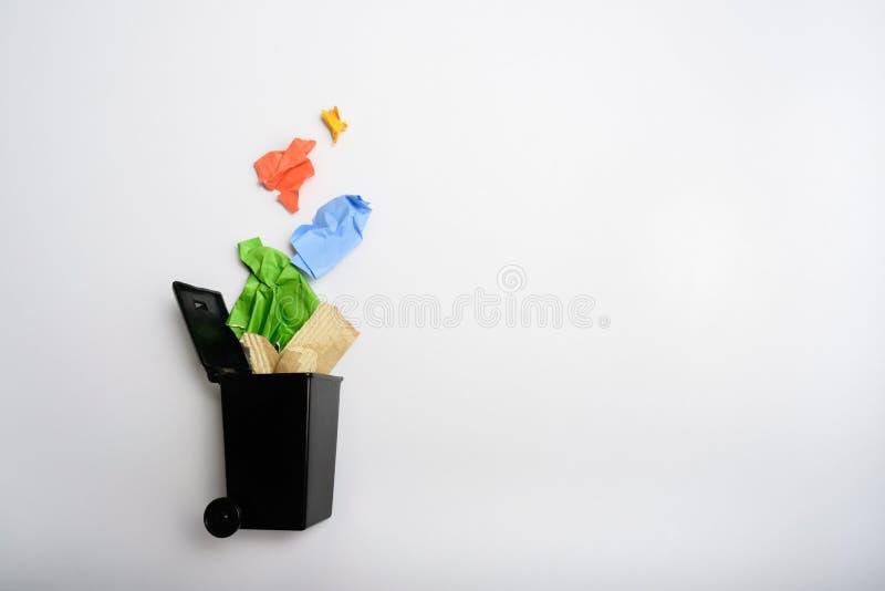 Escaninho de lixo com papel usado fotos de stock
