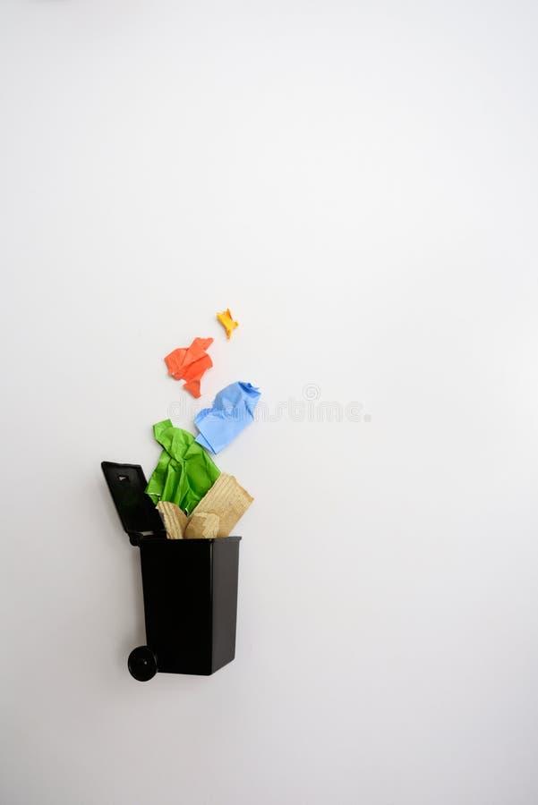 Escaninho de lixo com papel usado imagens de stock