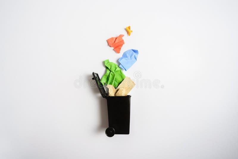 Escaninho de lixo com papel usado foto de stock