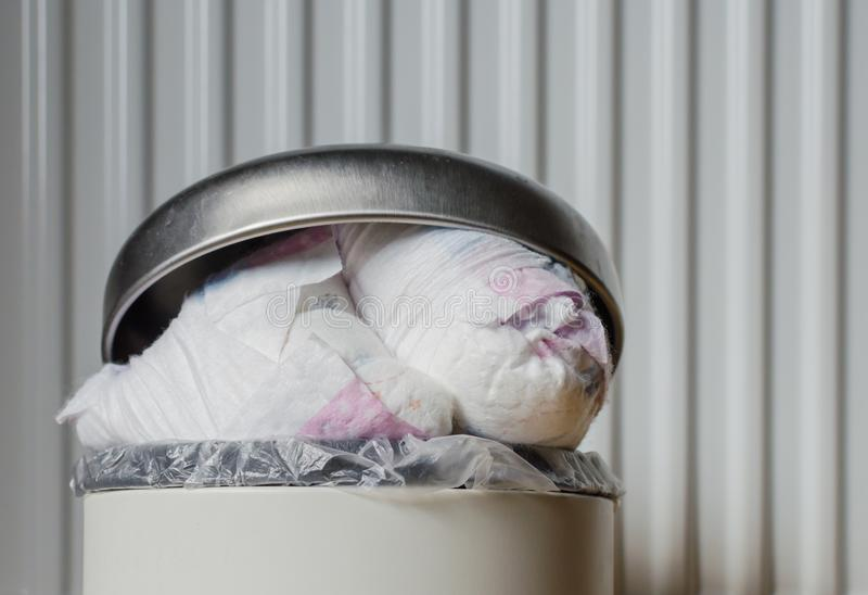 Escaninho de lixo completamente de tecidos usados Fim acima fotos de stock