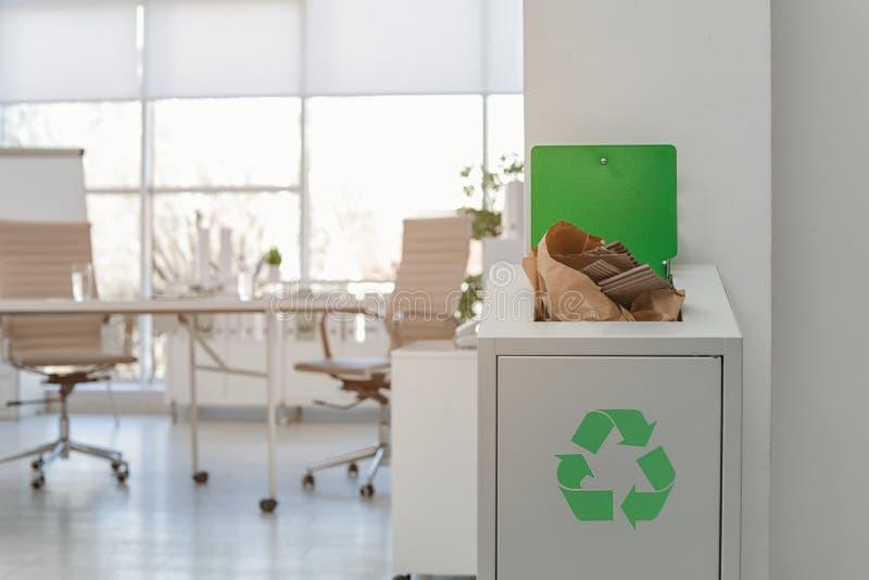 Escaninho de lixo completo aberto no escrit?rio moderno Reciclagem de res?duos foto de stock royalty free