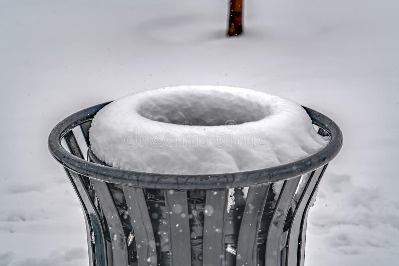 Escaninho de lixo contra a terra nevado na aurora Utá fotos de stock royalty free