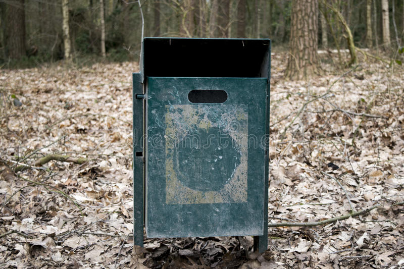 Escaninho de lixo de aço na floresta imagem de stock