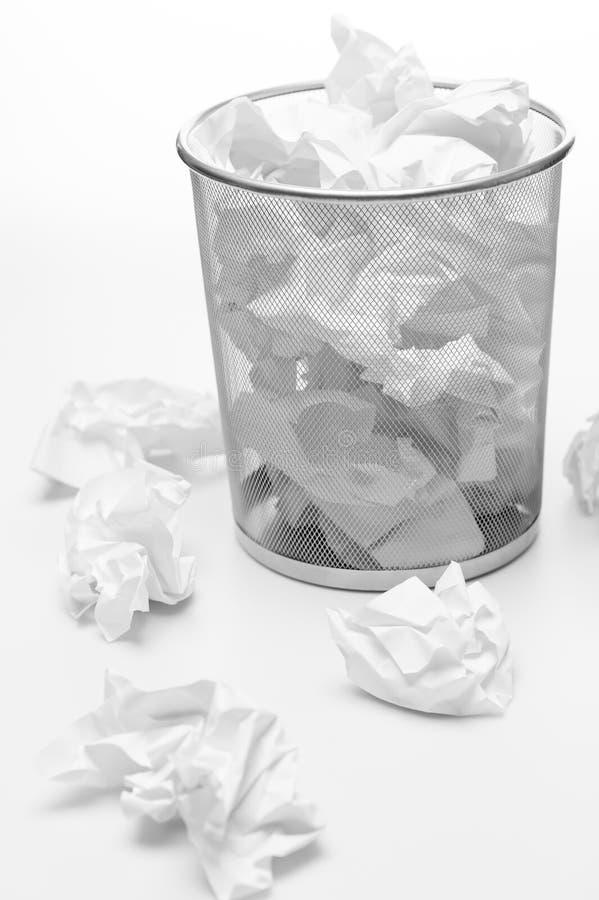 Escaninho de lixo do escritório completamente do desperdício do papel fotos de stock royalty free
