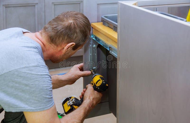Escaninho de lixo instalado das gavetas com parte dianteira para o interior da gaveta para objetos pequenos fotos de stock