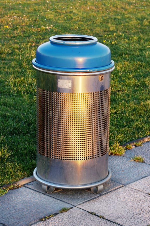 Escaninho de lixo metálico imagem de stock