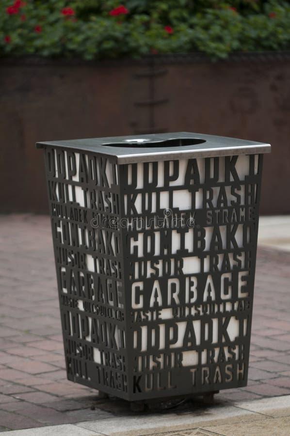 Escaninho de lixo metálico em um ambiente urbano fotos de stock royalty free