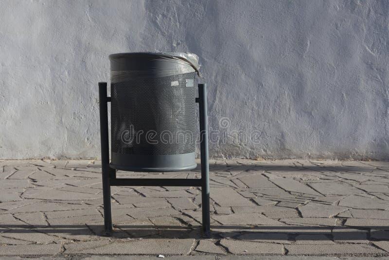 Escaninho de lixo metálico moderno em um ambiente urbano foto de stock royalty free