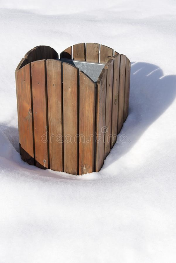Escaninho de lixo na neve foto de stock royalty free