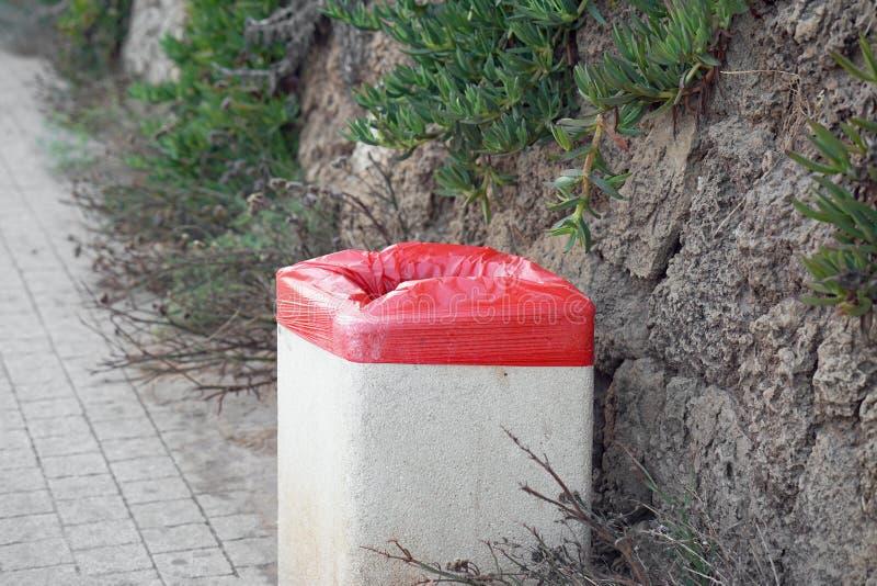 Escaninho de lixo na rua Balde do lixo na rua imagens de stock royalty free