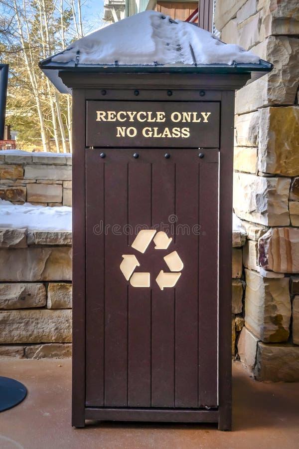 Escaninho de lixo nevado para alguns materiais recicláveis foto de stock