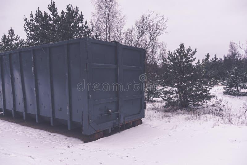 Escaninho de lixo no lado da rua no inverno - efeito retro do vintage imagens de stock