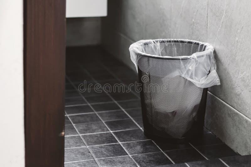 Escaninho de lixo no toalete fotos de stock
