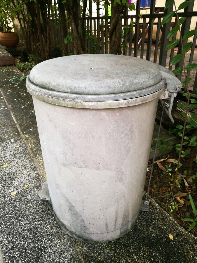 Escaninho de lixo velho foto de stock