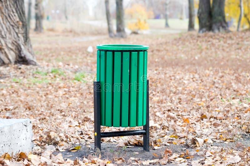 Escaninho de lixo verde no parque foto de stock