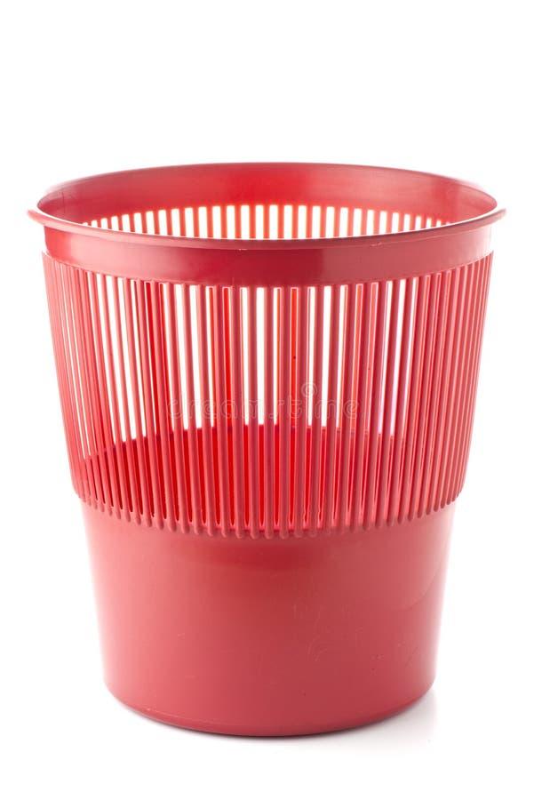 Escaninho de lixo vermelho plástico do escritório foto de stock royalty free