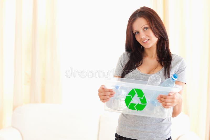 Escaninho de recicl da terra arrendada da mulher imagem de stock royalty free