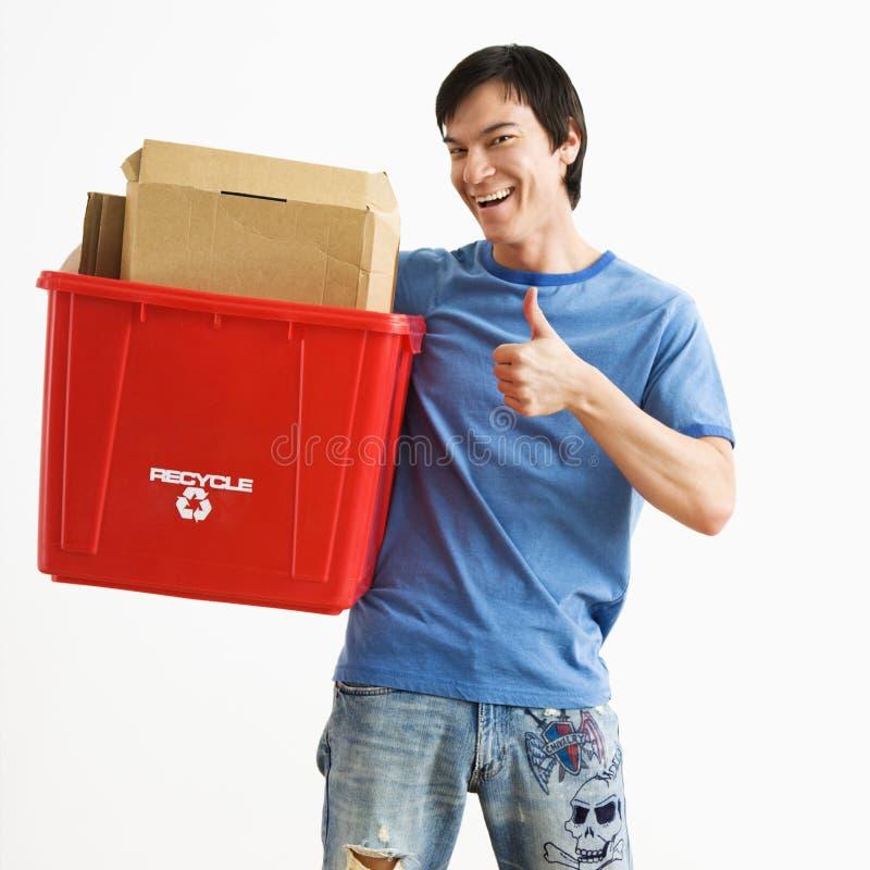 Escaninho de recicl da terra arrendada do homem. imagens de stock royalty free