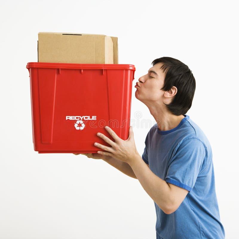Escaninho de recicl de beijo do homem. imagem de stock royalty free