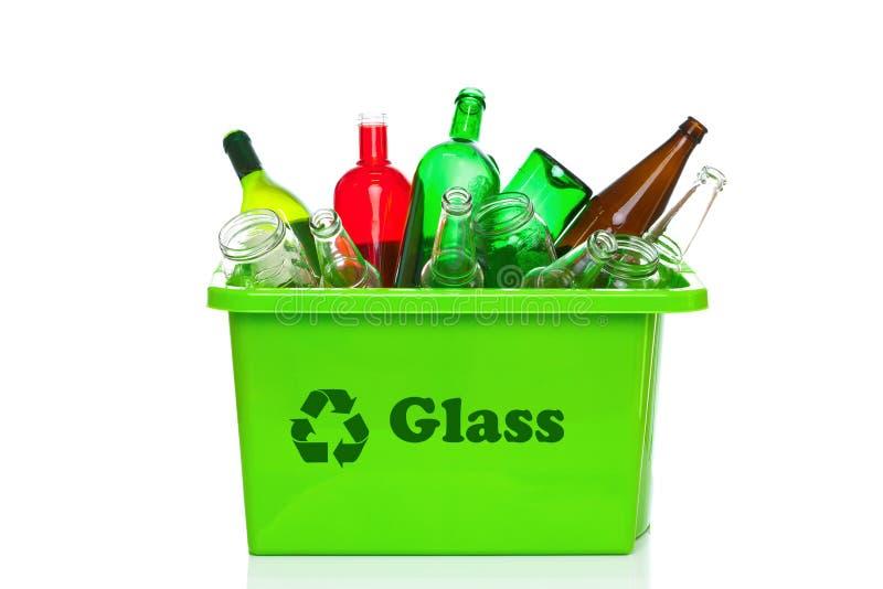 Escaninho de recicl do vidro verde isolado no branco fotografia de stock royalty free