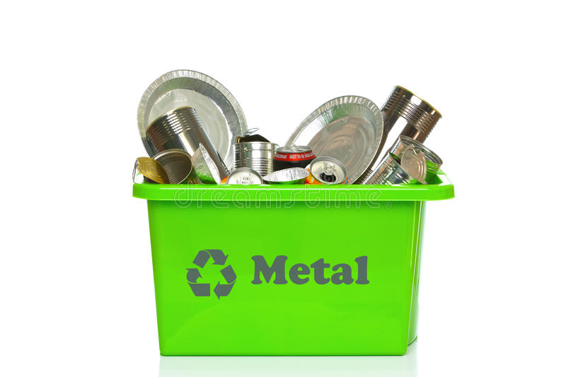 Escaninho de recicl verde do metal isolado no branco foto de stock