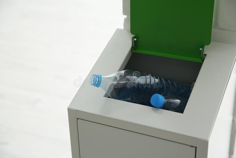 Escaninho do metal com lixo dentro, espaço para o texto imagens de stock
