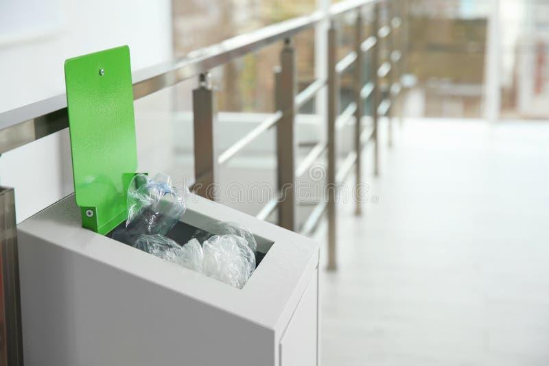 Escaninho do metal com lixo dentro, espaço para o texto fotografia de stock