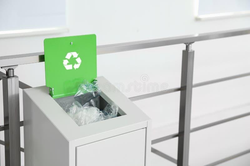 Escaninho do metal com lixo dentro, espa?o para o texto fotografia de stock royalty free