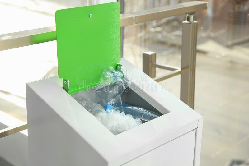 Escaninho do metal com lixo dentro foto de stock