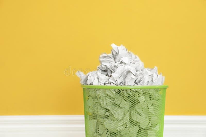 Escaninho do metal com papel amarrotado fotografia de stock royalty free