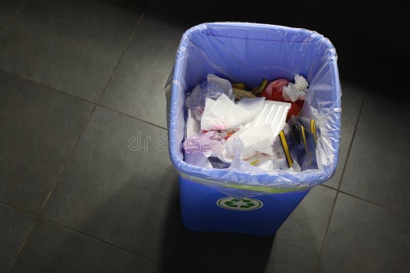 Escaninho dos desperdícios completamente do lixo com espaço da cópia para seu texto fotos de stock royalty free