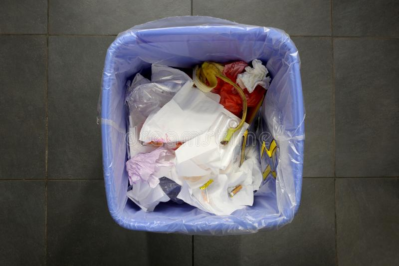 Escaninho dos desperdícios completamente do lixo com espaço da cópia para seu texto imagem de stock