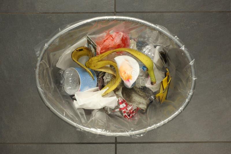 Escaninho dos desperdícios completamente do lixo com espaço da cópia para seu texto fotografia de stock royalty free