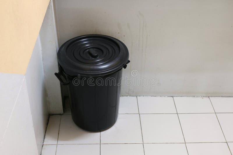 Escaninho, fim do escaninho, preto vazio, lixo em passeios, escadaria do saco de lixo do lixo, lixo no apartamento foto de stock