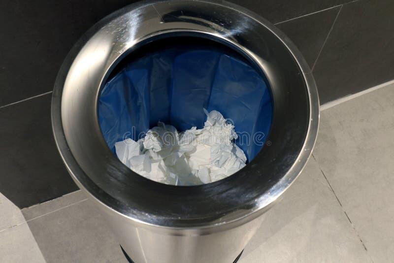 Escaninho no toalete, escaninho de aço inoxidável para o tecido de papel do lixo sujo no toalete, lixo no banheiro imagens de stock