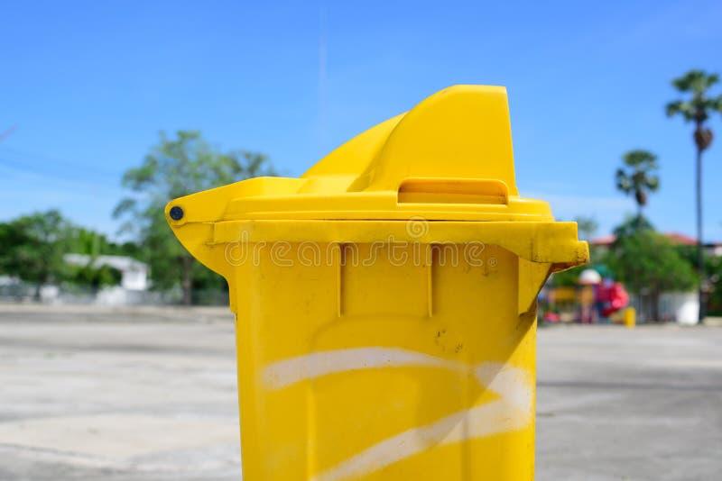 Escaninho plástico amarelo imagem de stock
