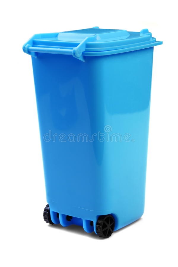 Escaninho plástico azul do recipiente Waste ou do Wheelie, isolado no branco foto de stock royalty free