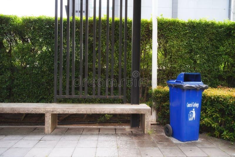 Escaninho plástico azul no parque, espera a sucata reciclável do lance nele foto de stock