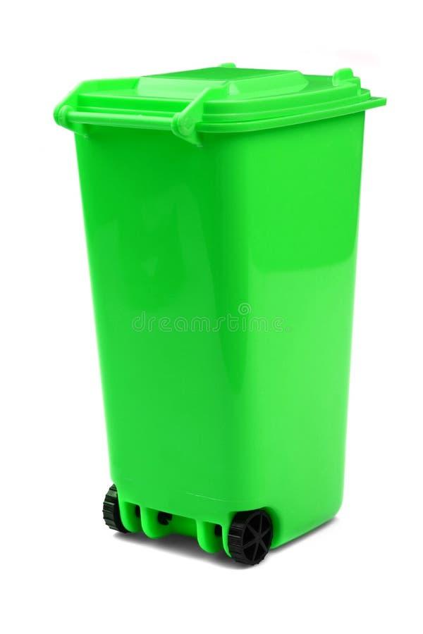 Escaninho plástico verde do recipiente Waste ou do Wheelie, isolado no branco foto de stock