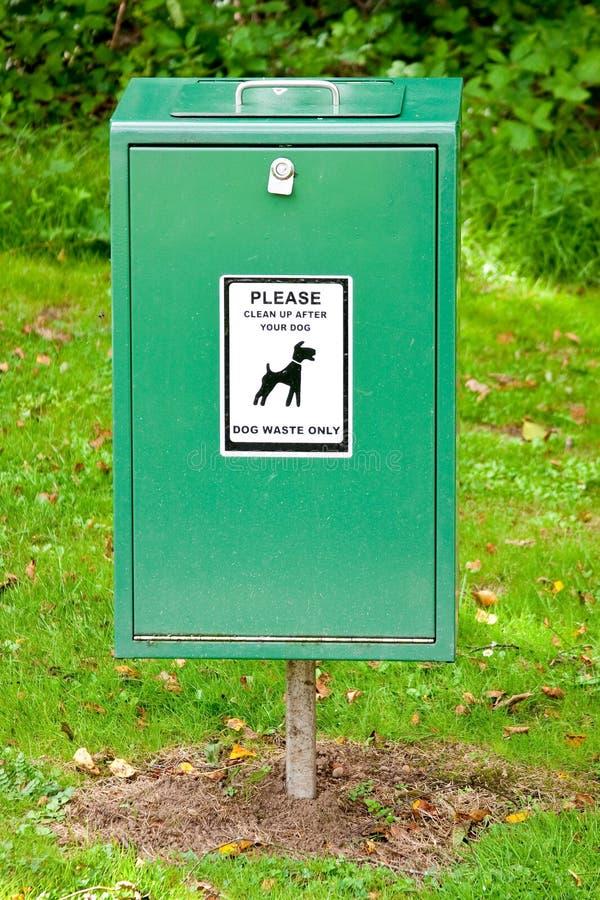 Download Escaninho Verde-claro Do Tombadilho Do Mess Do Cão Com Etiqueta Foto de Stock - Imagem de escaninho, dustbin: 16861742